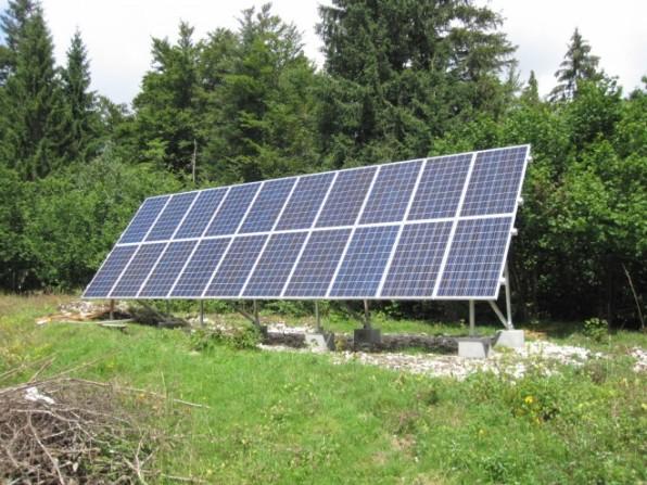 Les 20 panneaux de la centrale solaire autonome