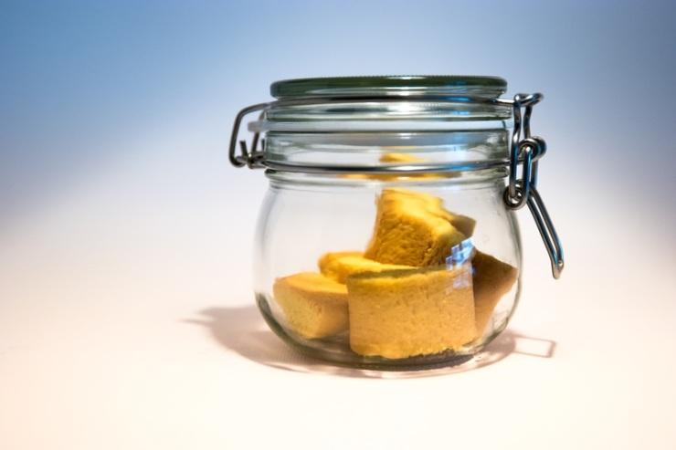 des biscuits secs dans un bocal en verre